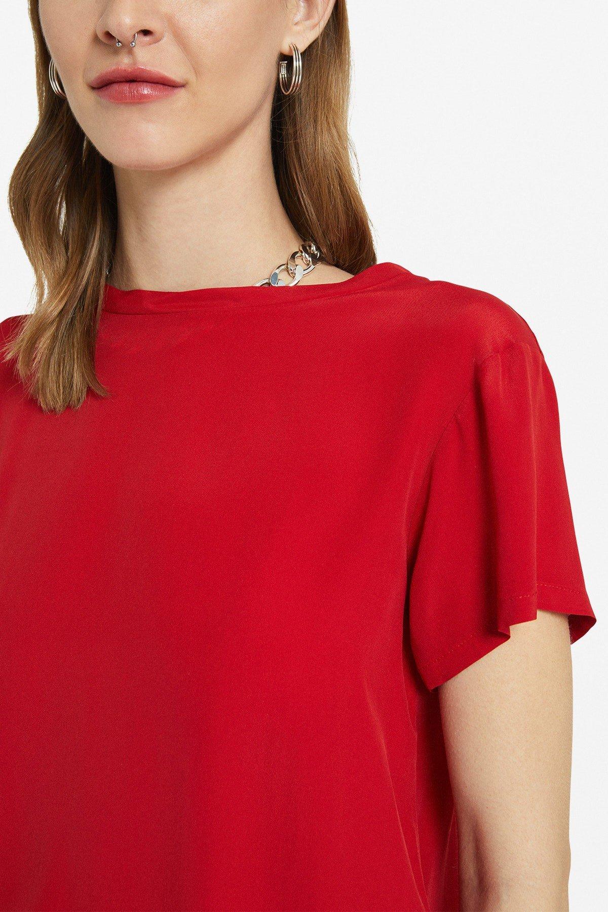 T-shirt with asymmetric bottom