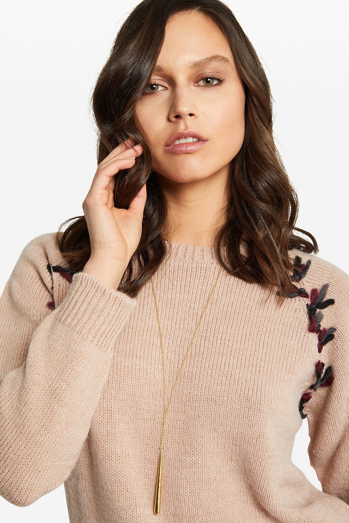 Pullover with contrasting embroidery